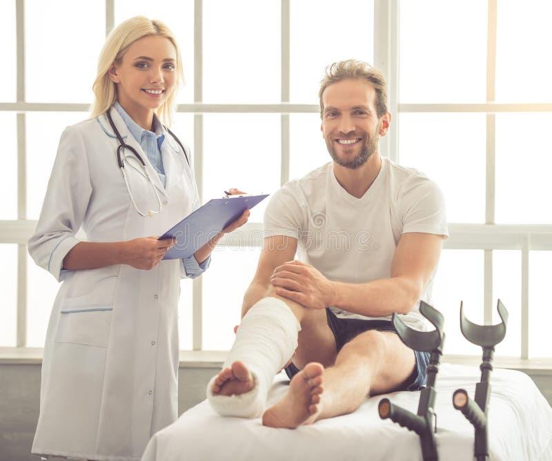 Doctor y paciente imagen de archivo libre de regalías