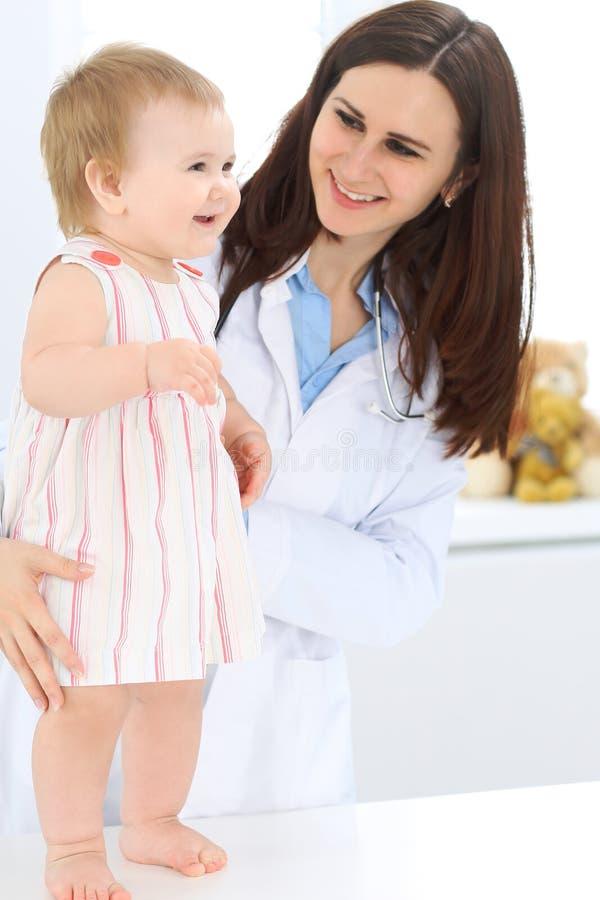 Doctor y paciente Bebé lindo feliz en el examen de la salud Concepto de la medicina y de la atención sanitaria fotografía de archivo libre de regalías