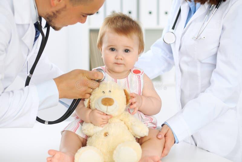 Doctor y paciente Bebé lindo feliz en el examen de la salud Concepto de la medicina y de la atención sanitaria imagenes de archivo