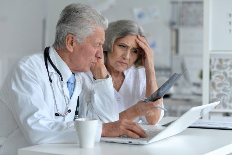 Doctor y paciente del famale fotografía de archivo libre de regalías