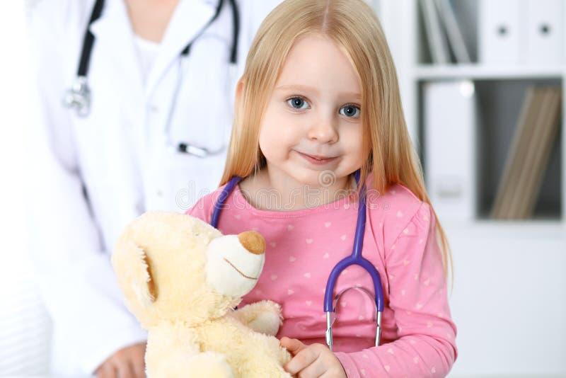 Doctor y paciente en hospital Niño que es examinado por el médico con el estetoscopio foto de archivo libre de regalías