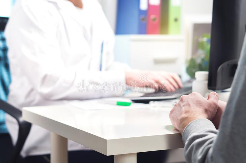 Doctor y paciente en la cita, la visita o la reunión en hospital imágenes de archivo libres de regalías