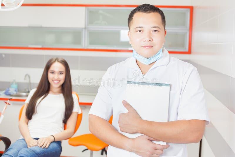 Doctor y paciente felices del dentista en la clínica estomatológica fotografía de archivo libre de regalías