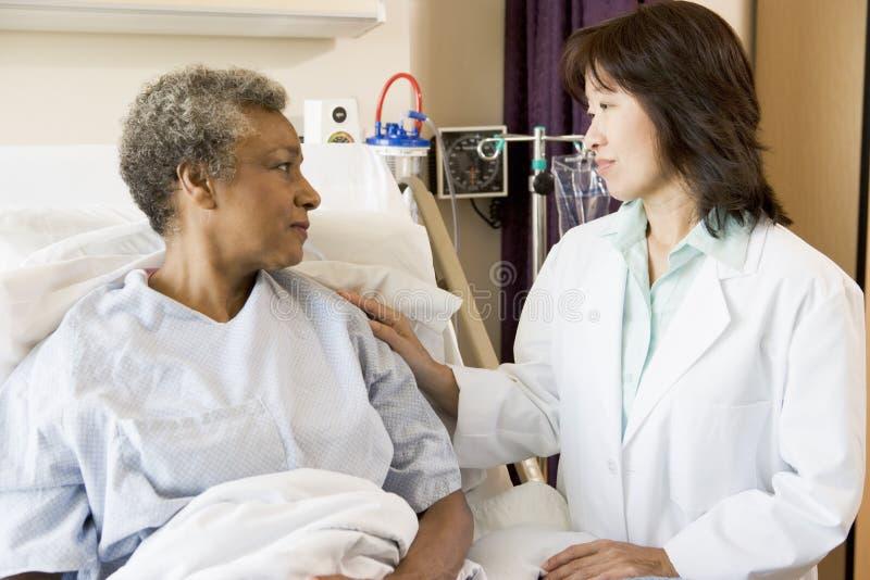 Doctor y paciente que miran uno a fotos de archivo libres de regalías
