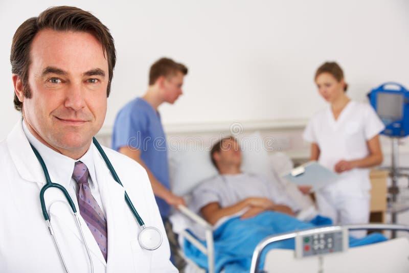 Doctor y personas americanos en sala de hospital fotografía de archivo