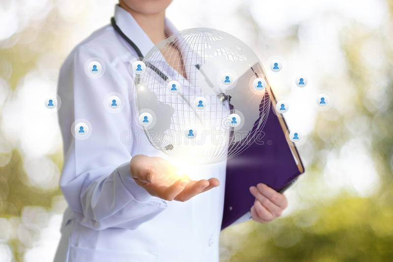 Doctor y red social foto de archivo libre de regalías