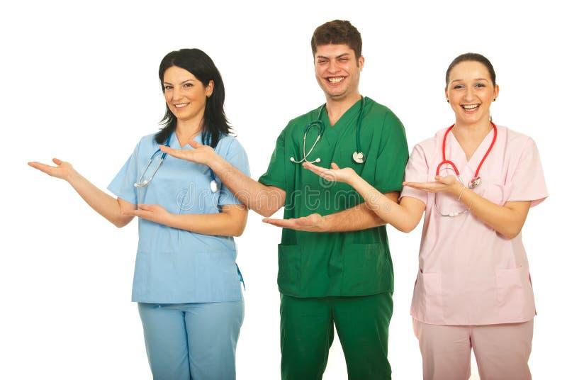 Doctores de risa que hacen la presentación fotografía de archivo libre de regalías