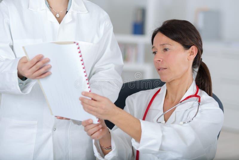 Doctores del equipo que trabajan en oficina médica imágenes de archivo libres de regalías