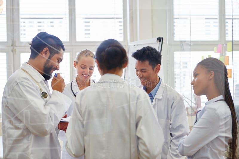 Doctores en el entrenamiento médico imagen de archivo libre de regalías