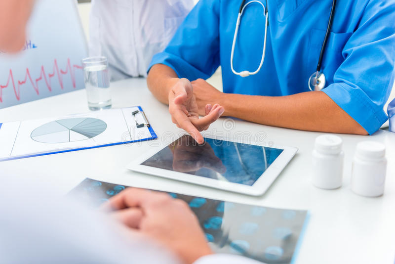 Doctores en hospital fotos de archivo