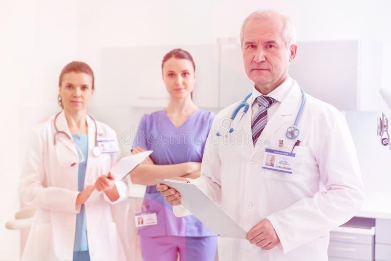 Doctores, enfermeras y dentistas personales médicos durante diversos procedimientos con los pacientes fotos de archivo libres de regalías