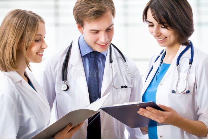 Doctores jovenes imágenes de archivo libres de regalías