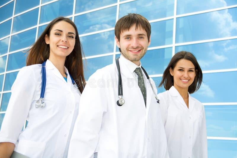 Doctores jovenes felices fotos de archivo