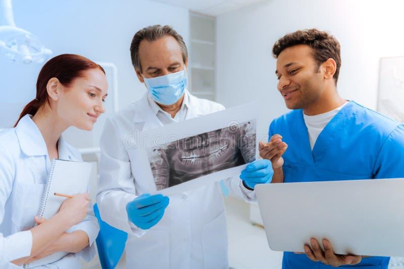 Doctores profesionales encantados que hablan el uno al otro imagen de archivo libre de regalías