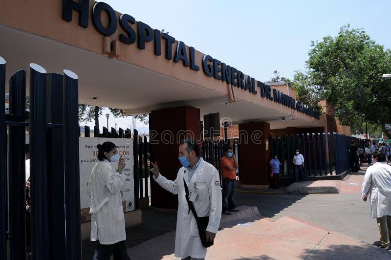 Doctores que saludan en el hospital imagen de archivo