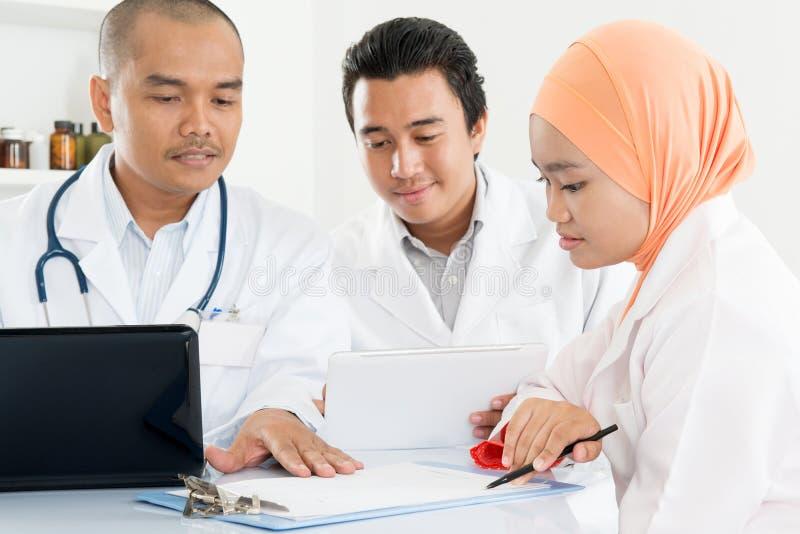 Doctores que se encuentran en la oficina del hospital fotos de archivo libres de regalías