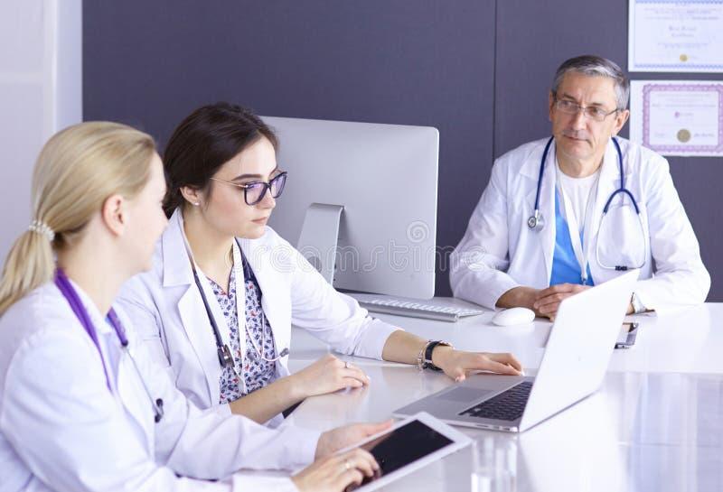 Doctores que tienen una discusi?n m?dica en una sala de reuni?n imágenes de archivo libres de regalías