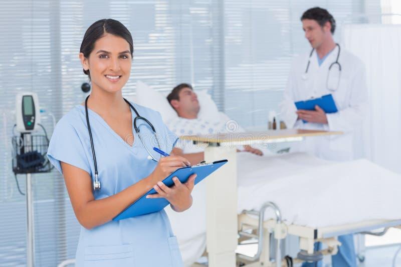 Doctores que toman el cuidado del paciente imágenes de archivo libres de regalías