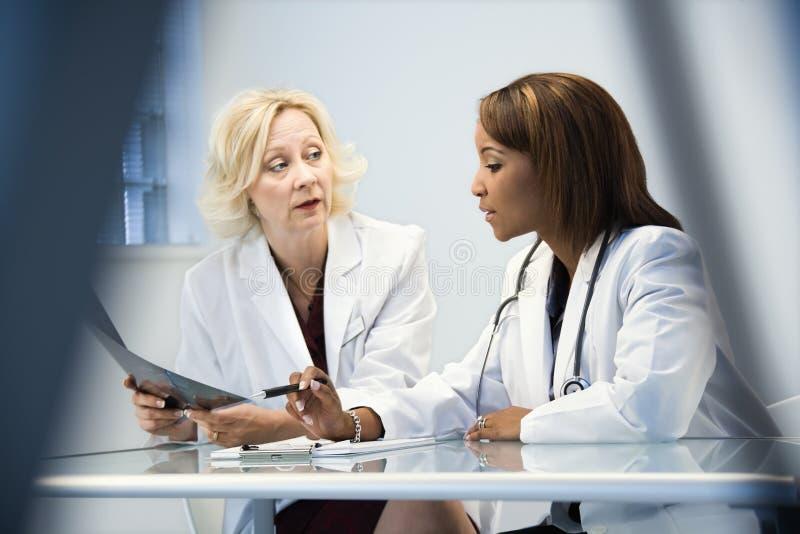 doctors kvinnlign royaltyfri bild