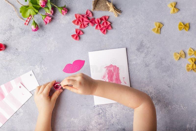 Document ambachten voor moederdag, 8 maart of verjaardag Klein kind die een boeket van bloemen doen uit gekleurd document en gekl stock fotografie