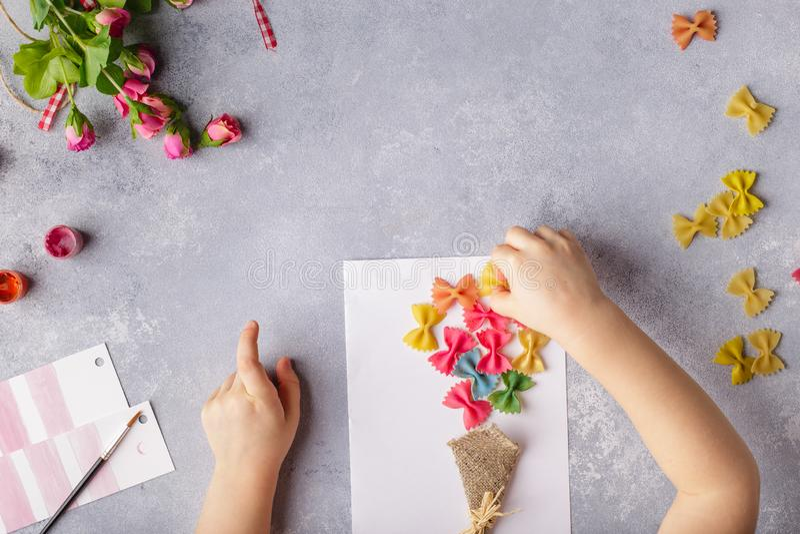 Document ambachten voor moederdag, 8 maart of verjaardag Klein kind die een boeket van bloemen doen uit gekleurd document en gekl royalty-vrije stock foto's