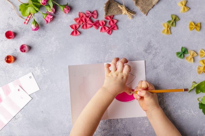 Document ambachten voor moederdag, 8 maart of verjaardag Klein kind die een boeket van bloemen doen uit gekleurd document en gekl stock afbeelding
