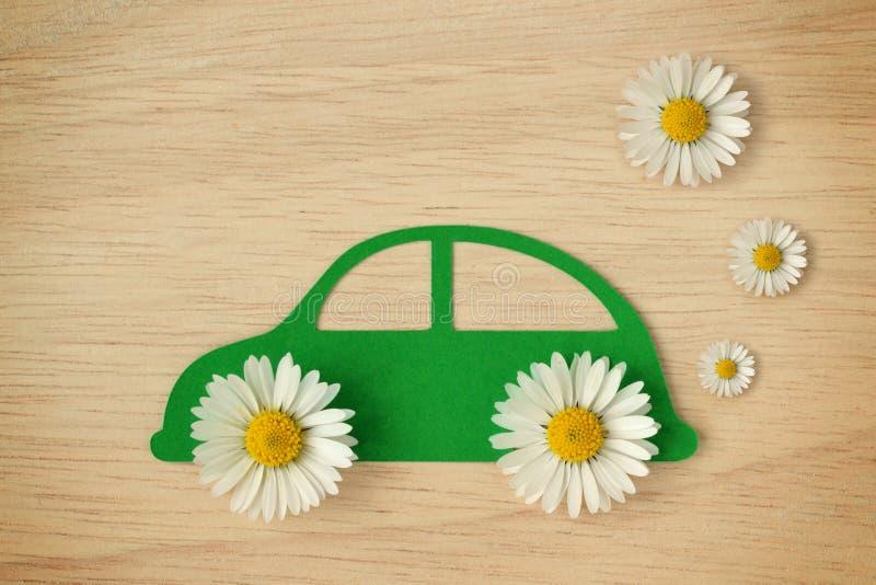 Document auto met madeliefjebloemen wordt verwijderd - Milieuvriendelijk autoconcept dat stock afbeelding