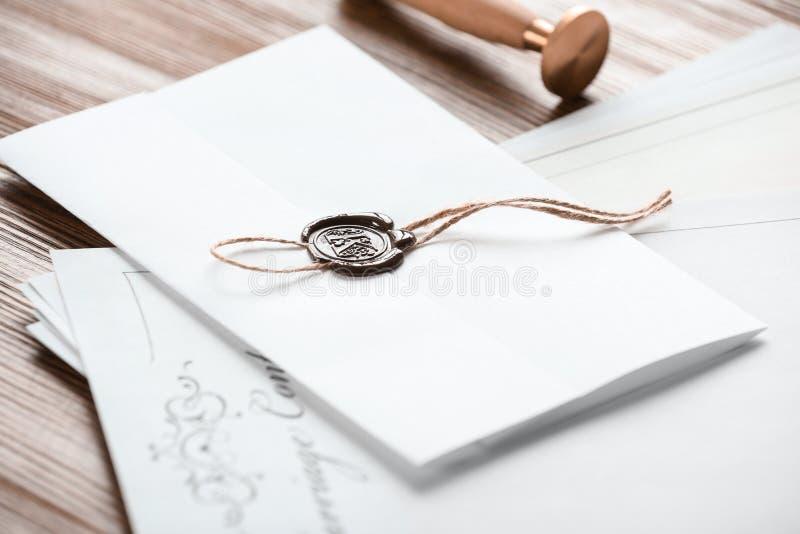Document avec le joint et les papiers de notaire sur la table en bois image libre de droits