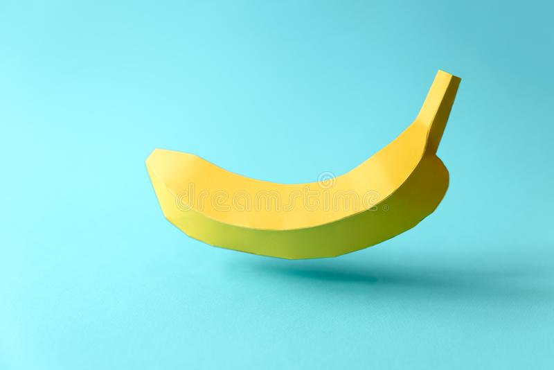 Document banaan op blauwe pastelkleurachtergrond Creatief idee Het concept van het kunstvoedsel royalty-vrije stock fotografie
