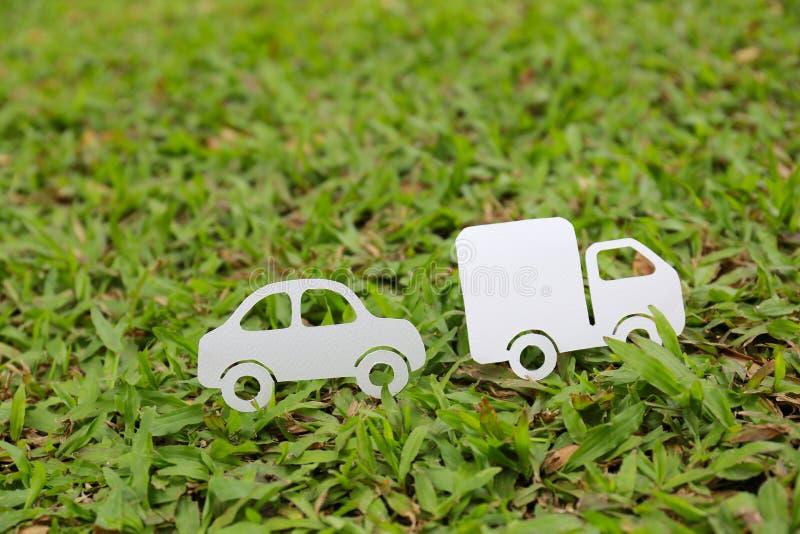 Document besnoeiing van auto en vrachtwagen op groene grasachtergrond stock afbeelding
