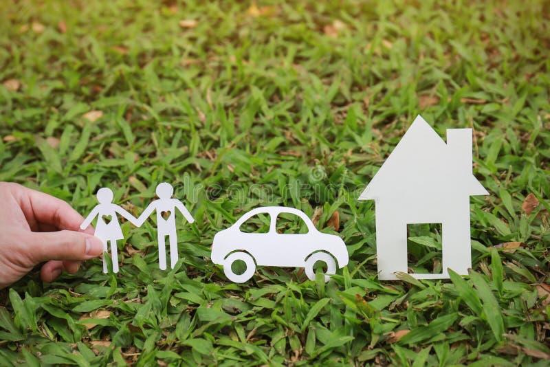 Document besnoeiing van paarauto en huis op groen gras royalty-vrije stock fotografie