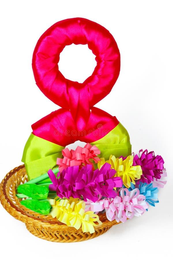 Document bloemen in mand met symbool vanaf 8 Maart stock fotografie