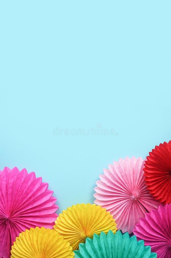 Document bloemen op de blauwe mening van de lijstbovenkant Feestelijke of partijachtergrond vlak leg stijl Exemplaarruimte voor t stock afbeelding