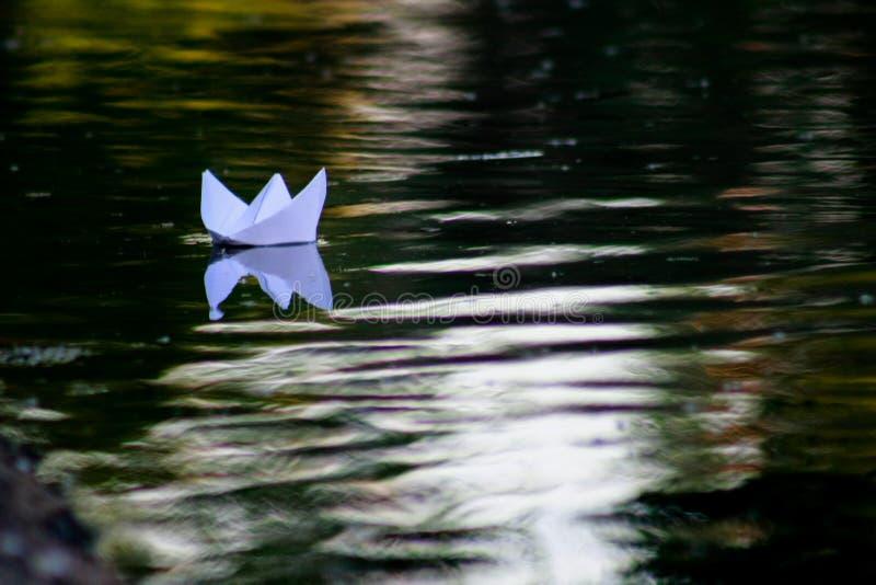 Document boot die op de rivier drijven royalty-vrije stock afbeelding