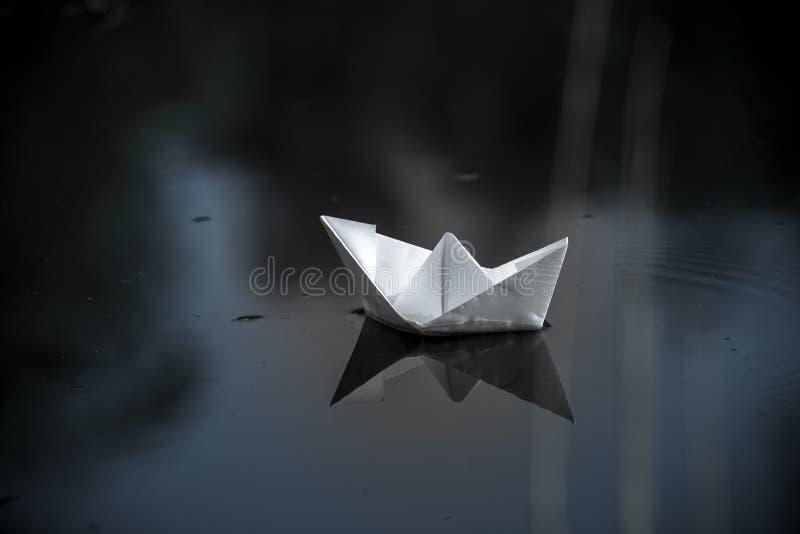 Document boot in het meer royalty-vrije stock foto's