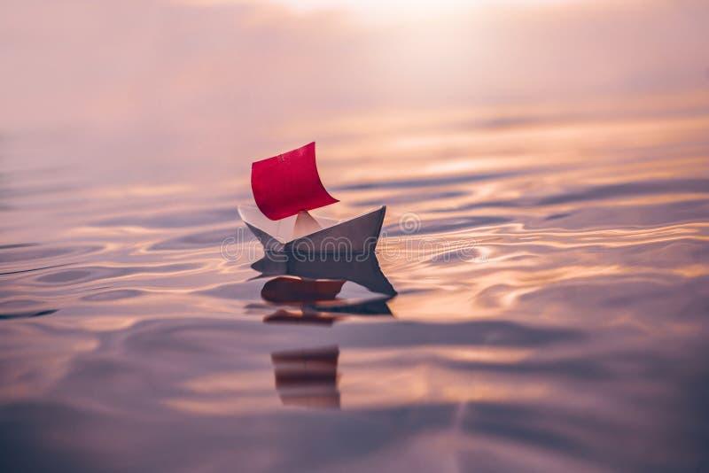Document boot met rood zeil die op water drijven royalty-vrije stock fotografie