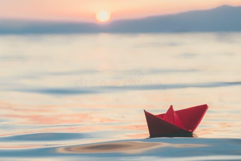 Document boot op water bij zonsondergang royalty-vrije stock afbeelding