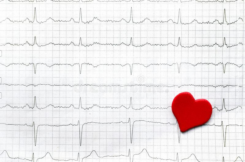 Document cardiogram van jonge gezonde vrouwen en rood document rood hart royalty-vrije stock foto