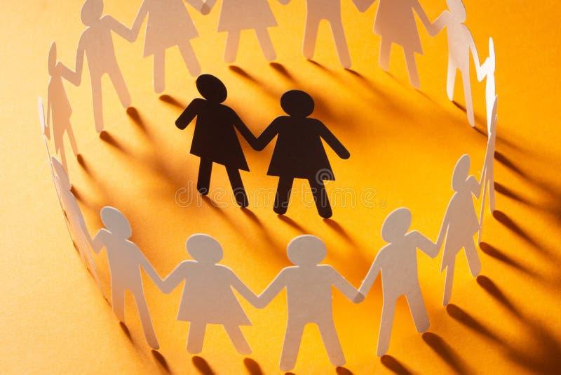 Document cijfer van vrouwelijk die paar door cirkel van document mensen wordt omringd die handen op gele oppervlakte houden Bulli stock afbeelding
