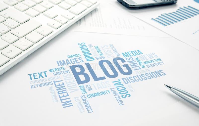 Document, clavier, stylo et smartp d'impression de nuage de mot de concept de blog photos libres de droits