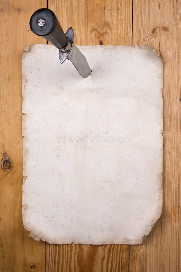 Document dat met een mes wordt gespeld royalty-vrije stock fotografie