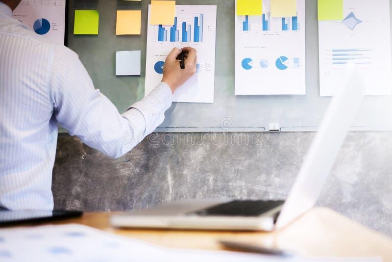 Document de données d'analyse d'homme d'affaires sur le mur photo stock