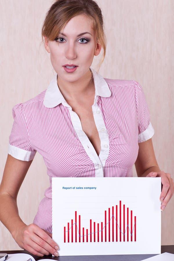Document de fixation de gestionnaire de femme avec le graphique sur des mains image stock