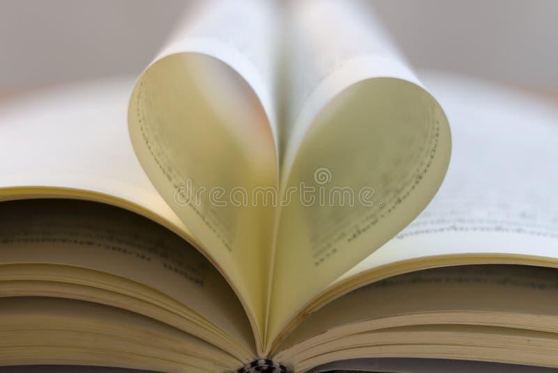 Document de harten zijn op de boeken stock afbeeldingen