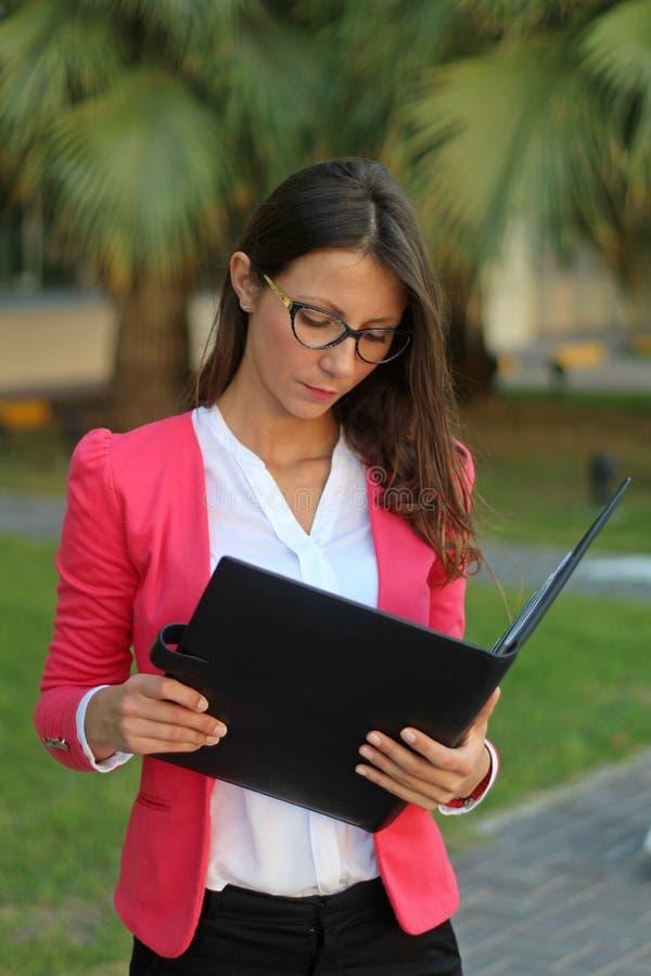 Document de lecture de femme d'affaires - image courante image stock