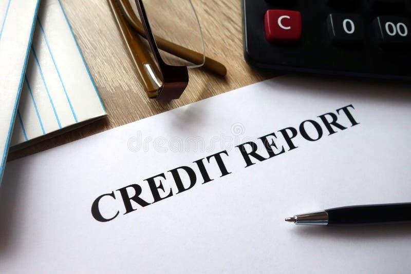 Document de rapport de crédit avec le stylo, la calculatrice et les verres images stock