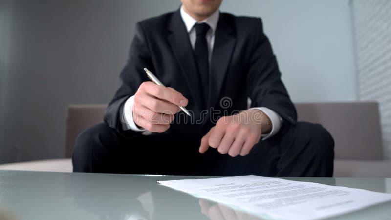 Document de signature élégant d'homme d'affaires pour l'achat ou la vente des participations dans l'entreprise image libre de droits