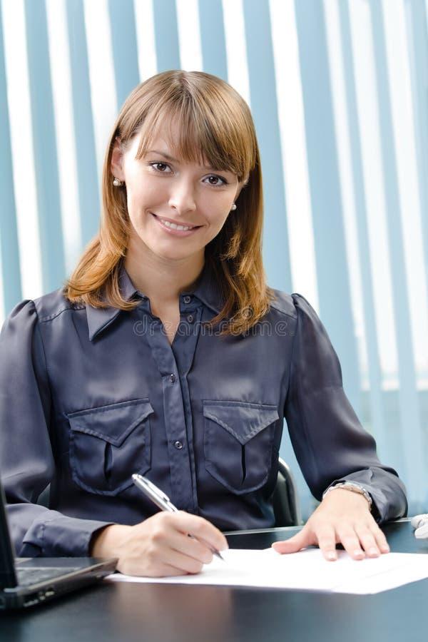 Document de signature de femme d'affaires image stock