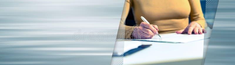 Document de signature de femme d'affaires Drapeau panoramique image libre de droits
