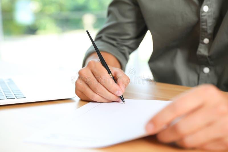 Document de signature de notaire masculin à la table photo libre de droits
